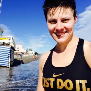 """Im Meer stehend mit """"Just Do It"""" Sport-BH"""