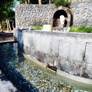 Fussbad ausgelegt mit Kieselsteinen