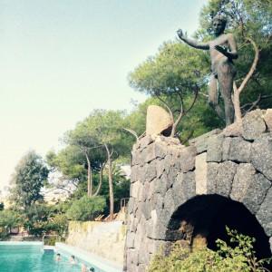 Pool mit Statue