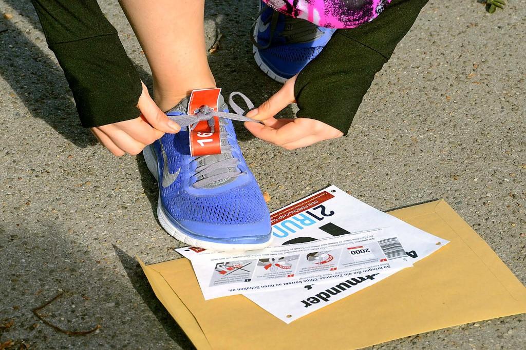 Laufschuh mit Zeitchip und Startnummer