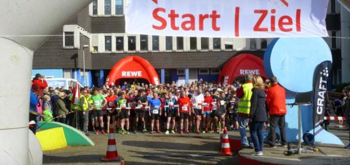 Start-/Zieltor, Läufer hinter einem Band aufgereiht