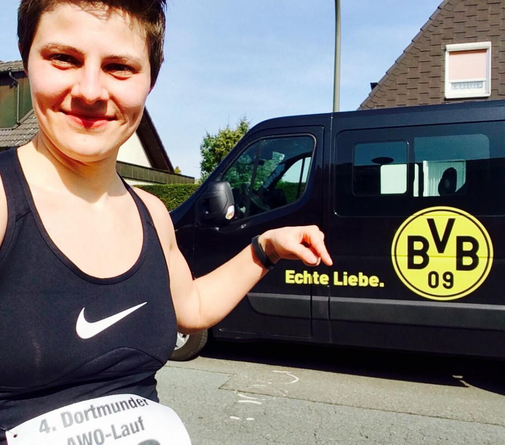 """Ich vor einem BVB Bulli mit dem Slogan """"Echte Liebe."""""""