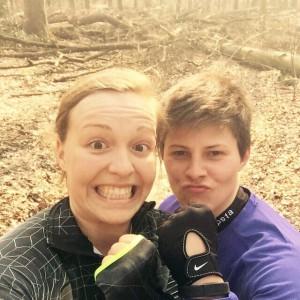Trainingspartnerin Nadine und ich  trainieren im Wald