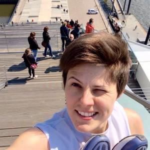 Selfie auf dem Hamburger Dockland mit Schuhen in der Hand