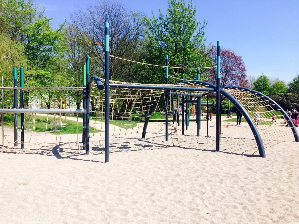 Klettergerüst eines Kinderspielplatzes