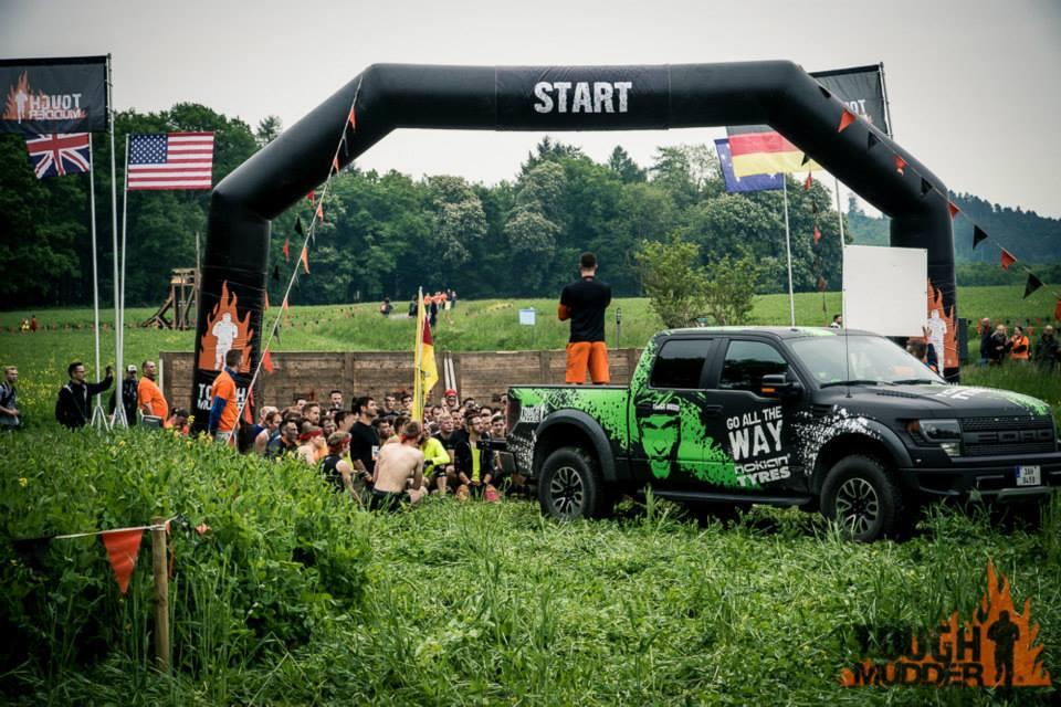 Start mit Läufern und Ansager auf einem Truck