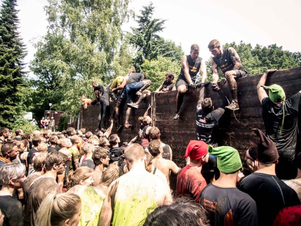 Läuferstau und Teamwork um über die Berlin Walls zu klettern