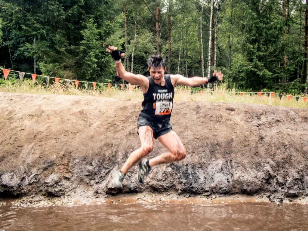 Diana beim Sprung in den Matschwassergraben