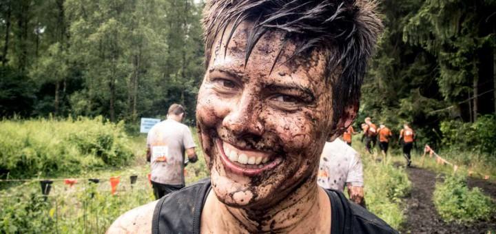 Mein lächelndes Schlammgesicht nach der Mud Mile beim Tough Mudder Norddeutschland