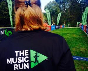 Startbereich mit Blick auf den Rücken einer Läuferin der ersten Reihe