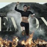 Frau springt über Feuerwand