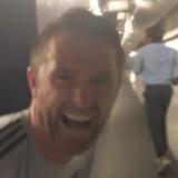 Robbie Keane erschreckt Jovan Kirovsk