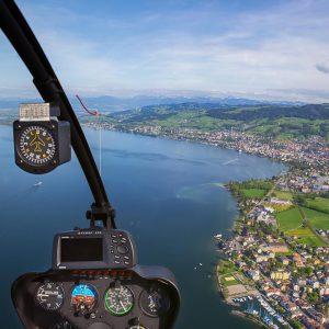 Blick aus dem Cockpit auf Meer und Land
