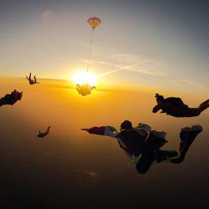 Fallschirmspringer im Sonnenuntergang